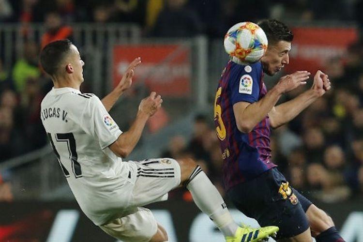 Lucas Vazquez dan Clement Lenglet memperebutkan bola pada pertandingan El Clasico, Barcelona vs Real Madrid, dalam laga semifinal Copa del Rey di Stadion Camp Nou, 6 Februari 2019.