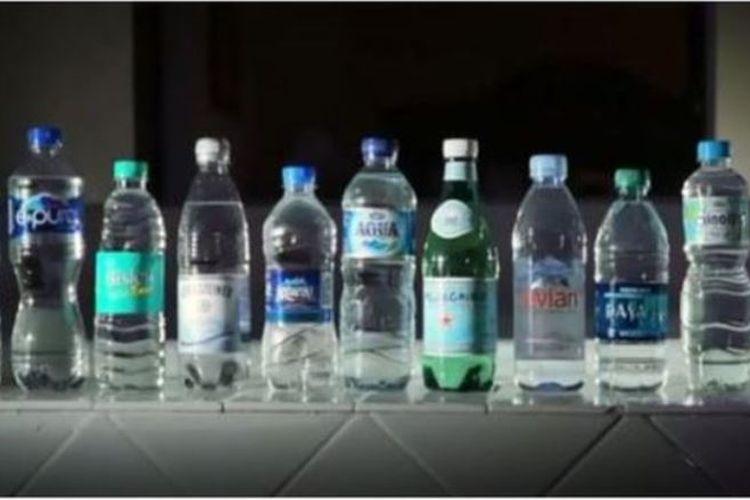 Botol plastik kemasan minuman ini diteliti oleh para ilmuwan dari State University of New York untuk menguji apakah ada kandungan partikel plastiknya.