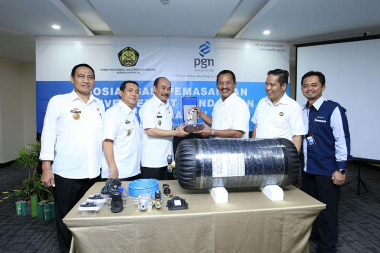 PT Perusahaan Gas Negara (Persero) Tbk berkomitmen mendukung penggunaan gas bumi yang bersih dan hemat. PGN membagikan konverter kit untuk kendaraan umum dan mobil dinas Pemerintah Lampung, Rabu (16/8/2017).