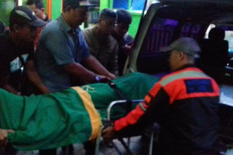 Suporter Aremania, Dimas Duha Romli (17), korban kericuhan suporter Aremania yang meninggal saat dibawa pulang dari Kamar Mayat Rumah Sakit Saiful Anwar Kota Malang, Rabu (18/4/2018).