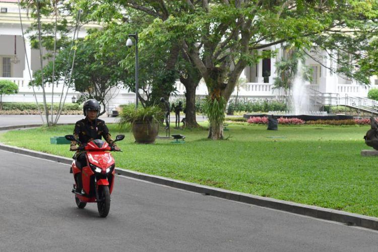 Presiden Joko Widodo jajal skuter listrik anak bangsa siap produksi Gesits, di Istana Kepresidenan, Rabu (7/11/2018)