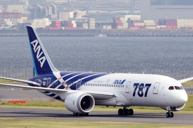 Pesawat jet penumpang Boeing 787 Dreamliner pertama milik All Nippon Airways mendarat di Bandara Udara Haneda, Tokyo, 27 September 2011.