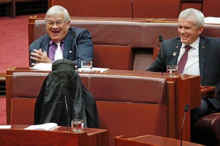 Seorang anggota senator Australia dikecam karena mengenakan burka di ruang sidang Parlemen dengan tujuan mengejek.
