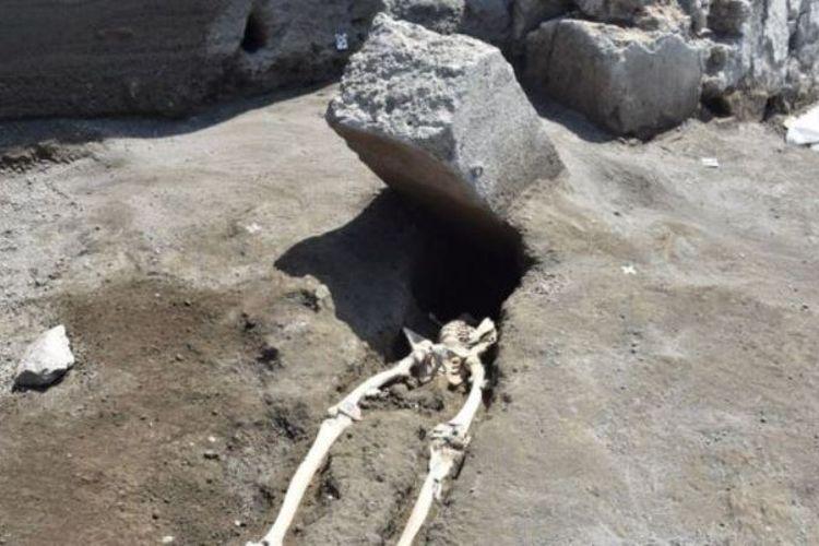Kepala manusia yang kejatuhan balok batu besar di Pompeii.
