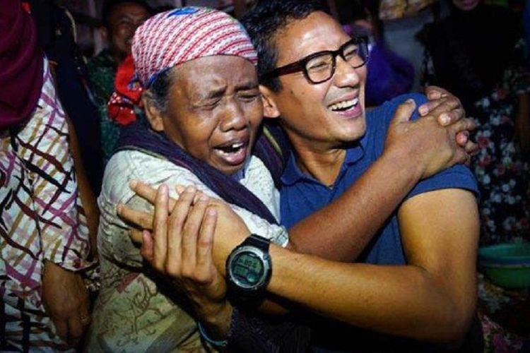 Calon wakil presiden nomor urut 02 Sandiaga Uno berpelukan dengan seorang pemulung bernama Titah, ketika berkunjung ke Pasar Kota Rembang, Kabupaten Rembang, Jawa Tengah, Jumat (11/1/2019).