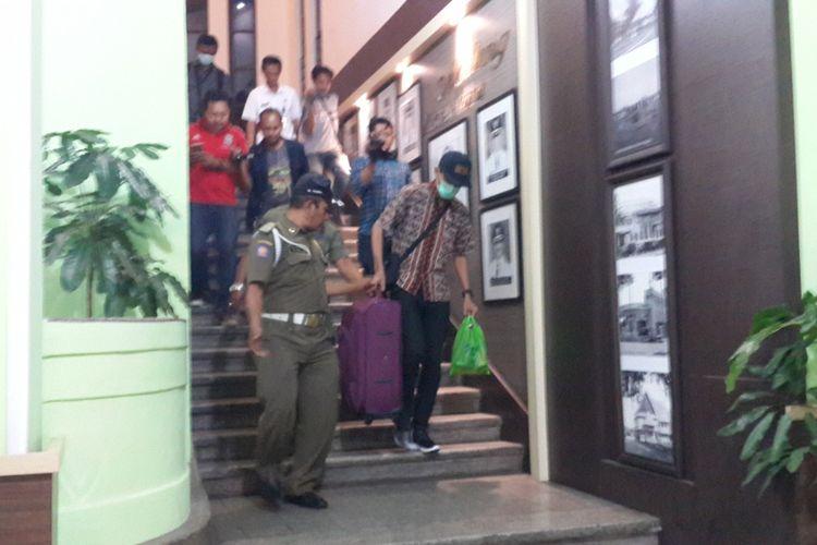 Salah satu penyidik KPK saat membawa koper berisi berkas setelah menggeledah sejumlah ruangan di Balai Kota Malang, Rabu (9/8/2017)