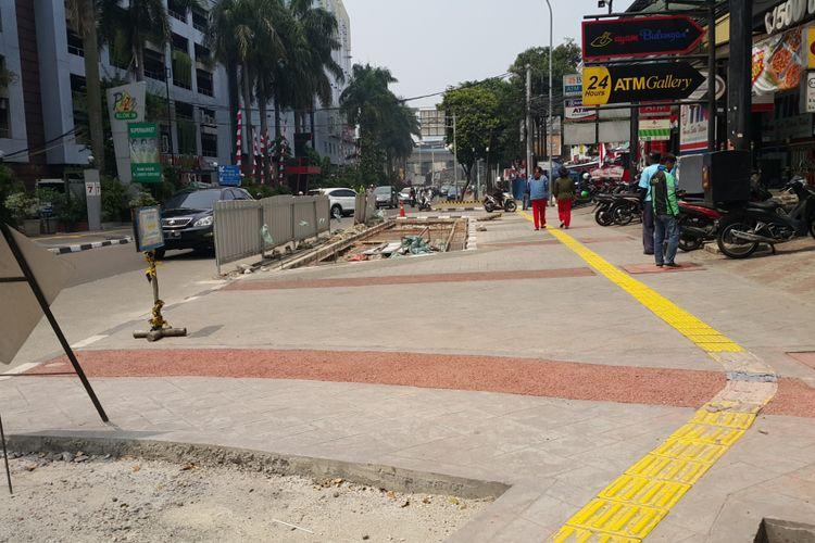Pembangunan trotoar di Jalan Mahakam, Kebayoran Baru, Jakarta Selatan, Selasa (15/8/2017).