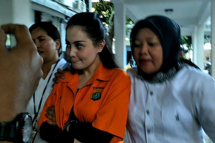 Jennifer Dunn dengan dua tangan diborgol digiring dari Rumah Tahanan Narkoba Polda Metro Jaya ke Dit Res Narkoba Polda Metro Jaya, Jakarta Selatan, Selasa (9/1/2018).