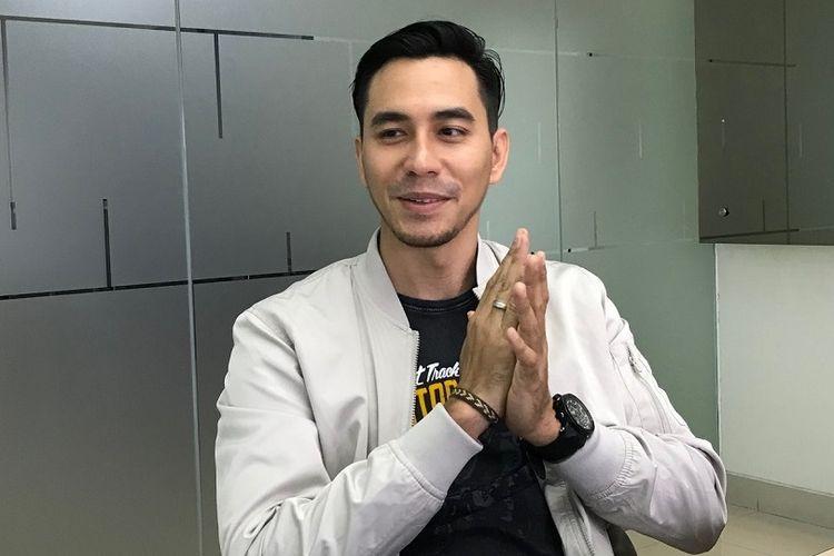 Darius Sinathrya berkunjung ke kantor Redaksi Kompas.com di Gedung Kompas Gramedia, Jalan Palmerah Barat, Jakarta Barat, Senin (19/2/2018).