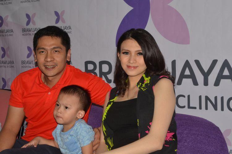 Donita dan Adi Nugroho menggelar jumpa pers kelahiran anak keduanya di RSIA Brawijaya, Jakarta Selatan, Sabtu (13/1/2018).