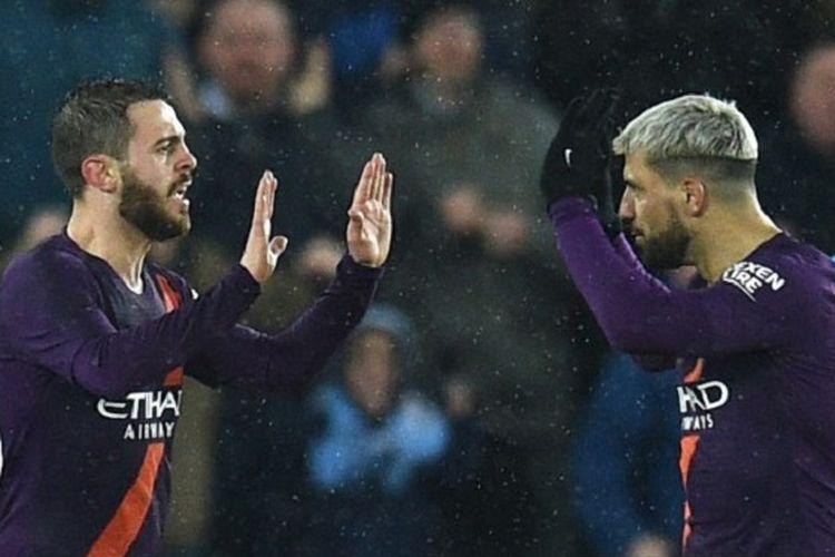 Bernardo Silva dan Sergio Aguero merayakan gol pada pertandingan Swansea City vs Manchester City di Stadion Liberty dalam babak perempat final Piala FA, 16 Maret 2019.