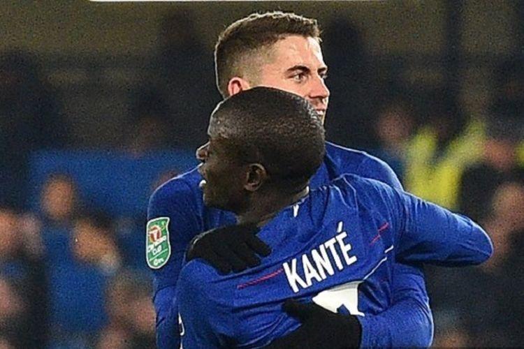 NGolo Kante merayakan golnya bersama Jorginho pada pertandingan Chelsea vs Tottenham Hotspur di Stadion Stamford Bridge dalam semifinal Piala Liga Inggris, 24 Januari 2019.
