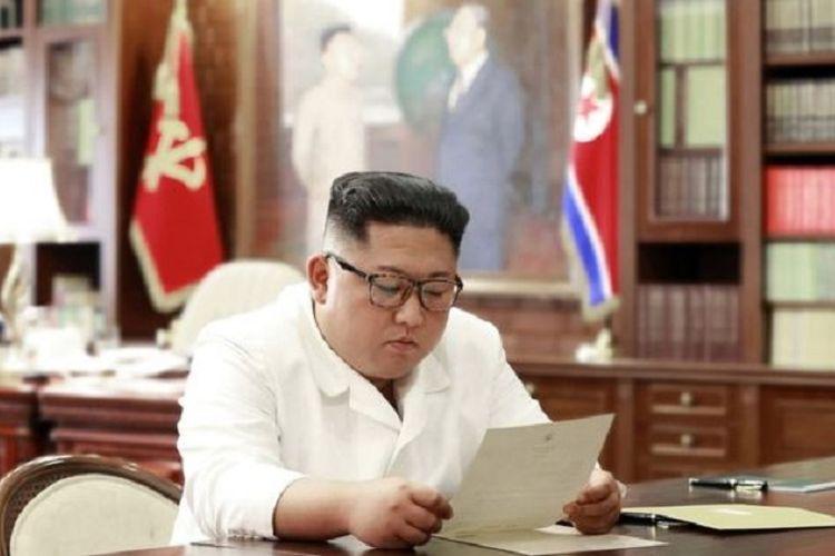 Pemimpin Korea Utara (Korut) Kim Jong Un ketika membaca sepucuk surat.