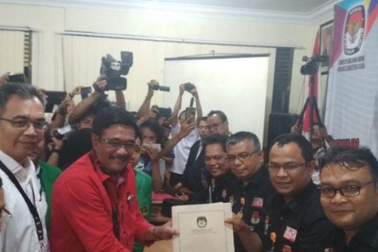 Pasangan Djarot Saiful Hidayat dan Sihar Sitorus saat mendaftar sebagai Bakal Calon Gubernur dan Wakil Gubernur Sumut 2018-2023, Rabu (10/1/2018).