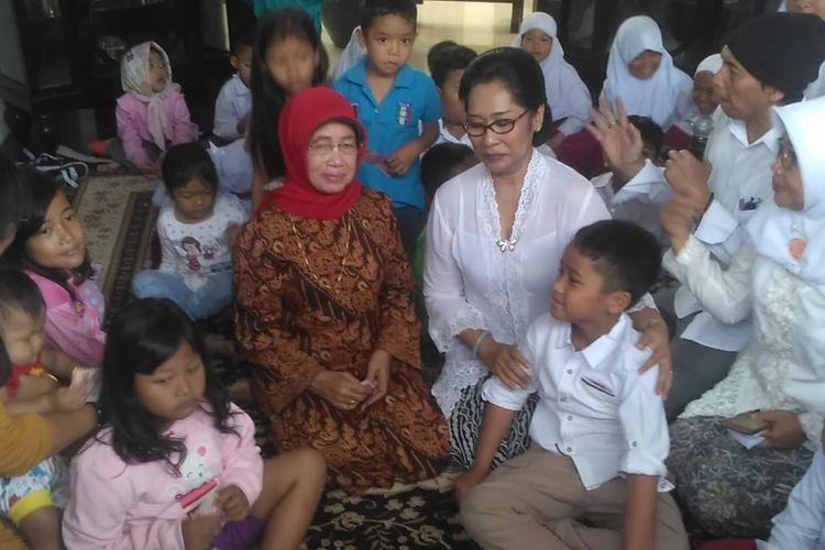 Ibunda Presiden Jokowi, Sudjiatmi Notomihardjo bersama anak-anak usai mengikuti serangkaian tradisi selapanan cicitnya, Sedah Mirah Nasution di Purwosari, Laweyan, Solo, Selasa ( 11/9/2018).