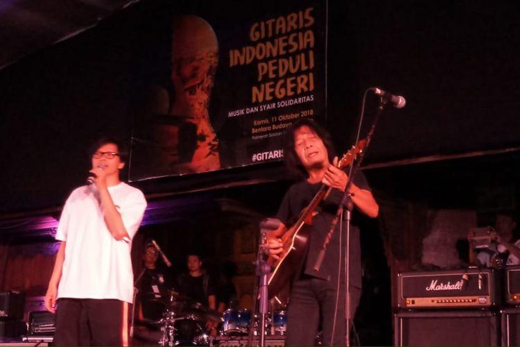 Vokalis Armand Maulana dan gitaris Ian Antono berkolaborasi di acara Gitaris Indonesia Peduli Negeri di Bentara Budaya Jakarta, Palmerah Selatan, Jakarta Pusat, Kamis (11/10/2018).
