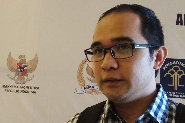 Peneliti Pusat Kajian Antikorupsi (Pukat) Universitas Gadjah Mada (UGM), Oce Madril ketika ditemui di Hotel Aston Jember, Jawa Timur, Minggu (12/11/2017).