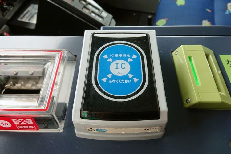 Sentuh kartu pada alat reader berupa area biru di tengah mesin.