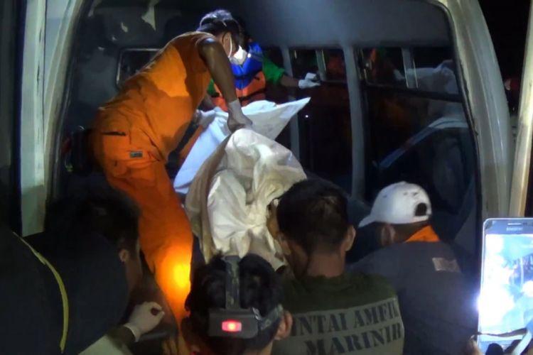 Petugas membawa salah satu jenazah korban tenggelam di sungai brantas desa Ngunut kecamatan Ngunut,Tukungagung Jawa Timur (29/01/2019)
