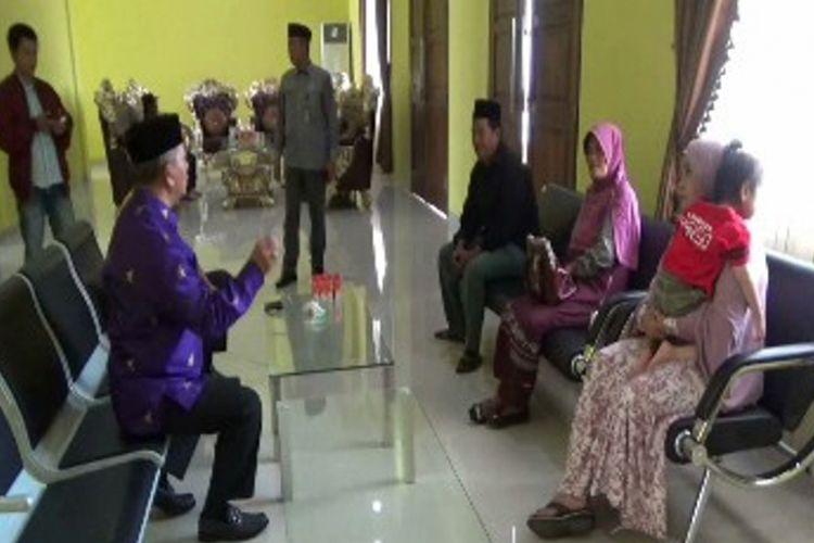 Setelah ditangkap dan dipenjarakan selama hampir tiga bulan di Malaysia, Hamida (30), TKI asal Kampung Indumakombong, Kecamatan Matakali, Polewali Mandar, Sulawesi Barat, akhirnya dideportasi ke kampungnya hanya membawa anaknya.