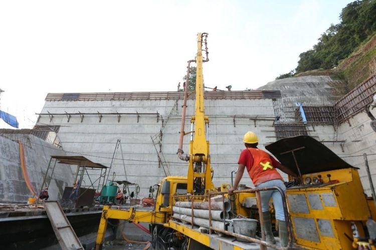 Pekerja melaksanakan pembangunan struktur Bendungan Karalloe