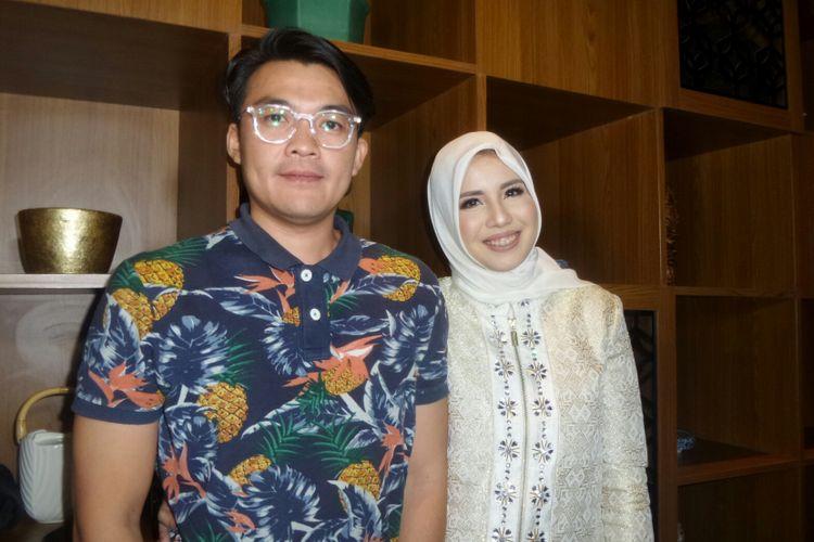 Pembawa acara yang juga pesinetron Tya Ariestya bersama sang suami Irfan Ratinggang usai menghadiri acara Dinner with Hafiz Quran Fatih Saferagic di Hotel Century, Senayan, Jakarta Pusat, Senin (13/11/2017).