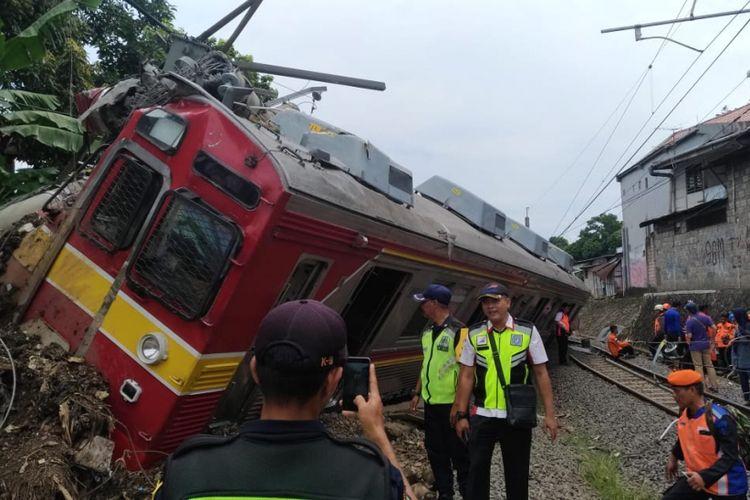 Kereta rel listrik (KRL) 1722 jurusan Jatinegara menuju Bogoranjlok di perlintasan kereta antara antara Stasiun Cilebut dan Bogor, Minggu (10/3/2019).