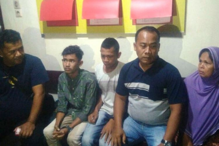 Ikramullah (ketiga dari kanan) merekayasa penculikan dirinya sendiri. Ia kemudian ditangkap polisi. Saat dalam foto ini, ia berada di Mapolres Aceh Timur, Aceh, Jumat (10/2/2018) malam.