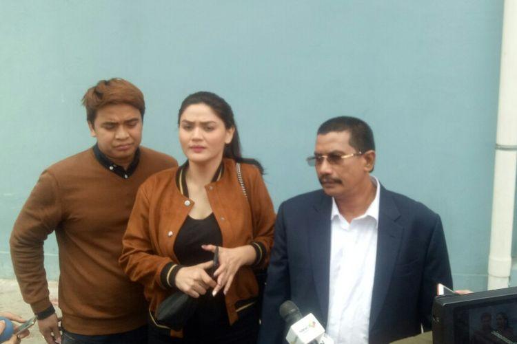 (dari kiri) Billy Syahputra, Hilda Vitria dan kuasa hukum mereka Fahmi Bachmid saat ditemui di salah satu stasiun televisi swasta di kawasan Mampang, Jakarta Selatan, Rabu (26/9/2018).