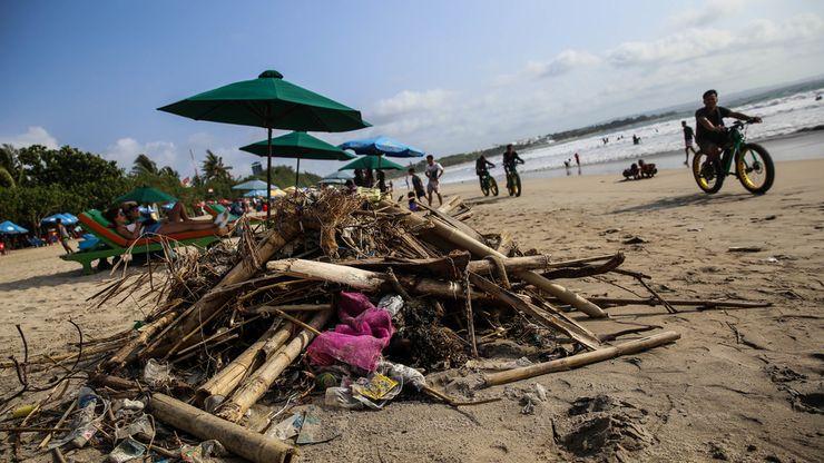 Musim Angin Barat, Sampah Memenuhi Pantai Kuta