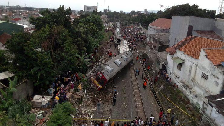 Evakuasi Masih Berlangsung, Begini Penampakan KRL Anjlok dari Foto Udara