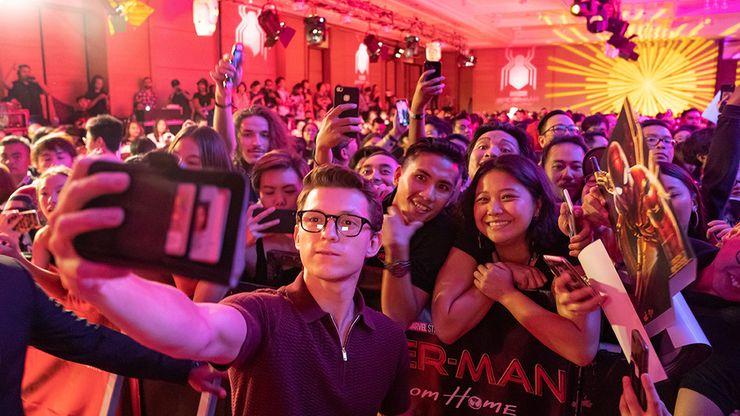 Kehebohan Saat Tom Holland dan Chris Hemsworth Sapa Penggemar di Bali