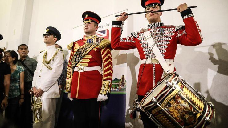 Penampilan Drum Band Militer Inggris di Stasiun MRT