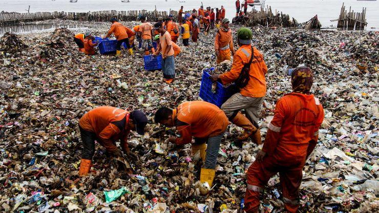 Lautan Sampah di Muara Angke Mulai Dibersihkan