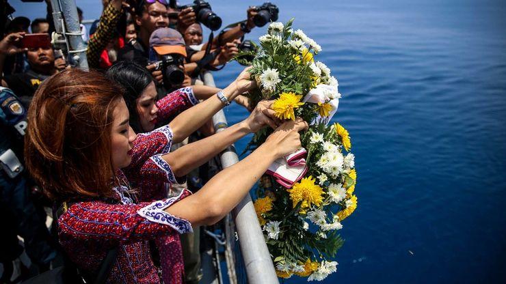 Keluarga Korban Lion Air JT 610 Tabur Bunga di Laut