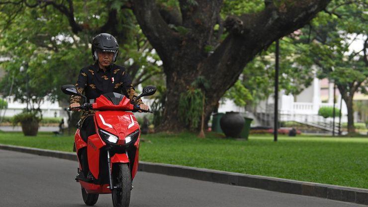 Saat Presiden Joko Widodo Jajal Motor Listrik Karya Anak Bangsa Gesits
