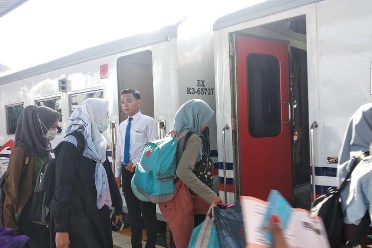 Para pemudik mulai berangsur ramai di stasiun Kertapati Palembang, Sumatera Selatan, Minggu (26/5/2019). Puncak arus mudik, diprediksi akan terjadi pada H-5 sebelum lebaran.