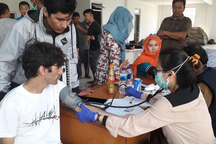 Dokter dari Puskesmas Kalideres saat melayani para pencari suaka di Gedung eks Kodim, Jakarta Barat pada Senin (15/07/2019).