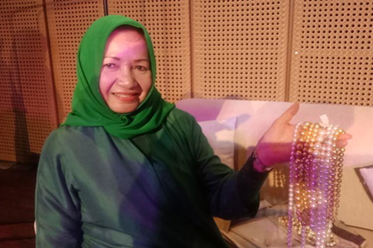 Pengusaha mutiara Ratna Zhuhry saat menunjukkan beberapa perhiasan mutiara.