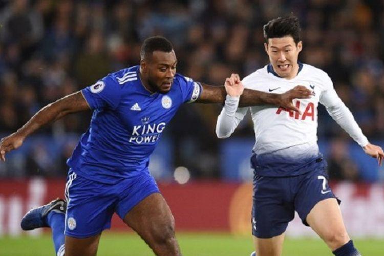 Wes Morgan mencoba menahan laju Son Heung-min pada laga Leicester City vs Tottenham Hotspur di Stadion King Power dalam lanjutan Liga Inggris, 8 Desember 2018.