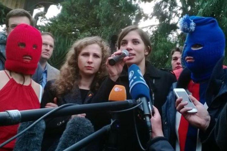Nadezhda Tolokonnikova (tengah kanan) dan Maria Alyokhina (tengah kiri), anggota kelompok punk Rusia Pussy Riot pada Februari 2014 di Sochi. (AFP via BBC)