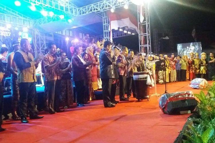 Gubernur Maluku, Said Assagaff saat membuka pemeran besar seni rupa di Taman Budaya Karang Panjang Ambon, Selasa malam (12/9/2017)