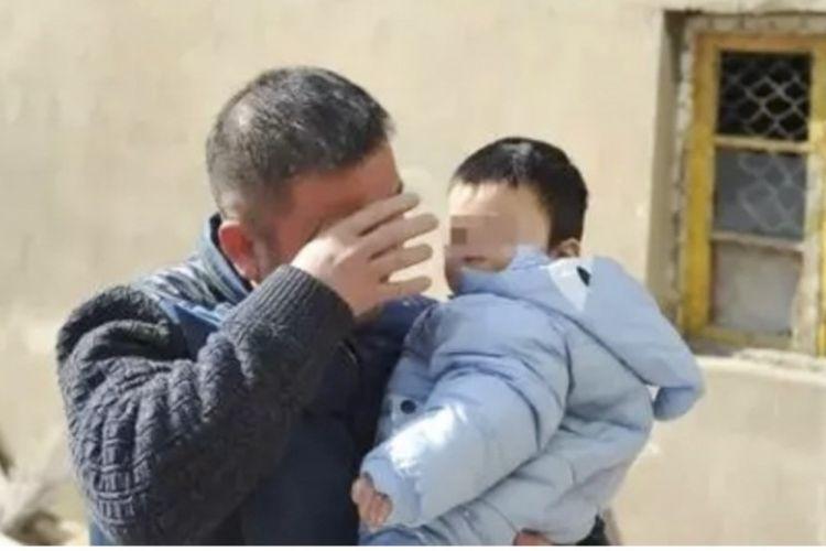 Seorang tahanan menangis setelah bertemu dengan anaknya usai mendapat kebebasan lima hari berkat amnesti sementara yang diberikan pemerintah China dalam rangka mengambut Tahun Baru Imlek