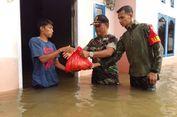 TNI Berikan Bantuan ke Warga Terisolir yang Dilanda Banjir di Kampar Riau