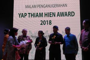 Eva Bande dan Sedulur Sikep Raih Yap Thiam Hien Award 2018