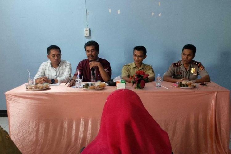 Tim penanganan perkara pidana anak saat menyampaikan hasil keputusannya di Polsek Cibadak, Sukabumi, Jawa Barat, Selasa (15/8/2017).