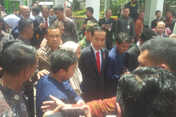 Presiden RI Joko Widodo (Jokowi) berfoto bersama mahasiswa Unpad seusai memberikan orasi ilmiah dalam peringatan Dies Natalis ke -60 Universitas Padjadjaran yang digelar di Grha Sanusi Hardjadinata, Dipatiukur, Kota Bandung, Senin (11/9/2017).