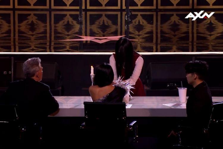 Ilusionis asal Indonesia, The Sacred Riana, menampilkan aksi sulapnya di hadapan para juri Asias Got Talent 2.