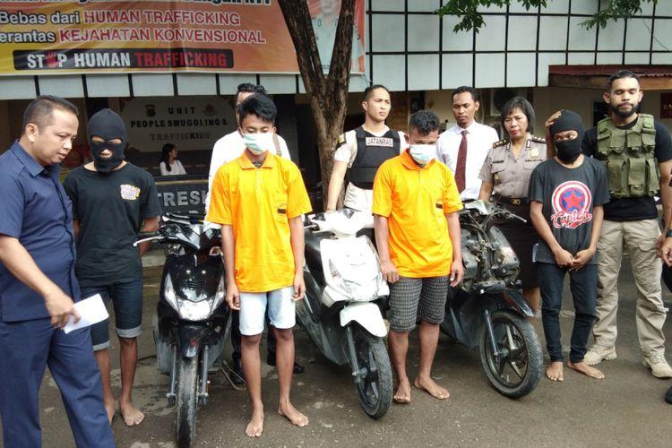 Para pemuda yang terlibat pencurian kendaraan bermotor di Kota Kupang, saat diamankan bersama sepeda motor hasil curian, Selasa (30/1/2018).
