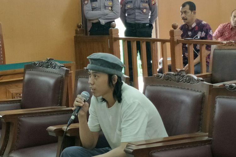 Terpidana pembuat wadah (casing) bom Thamrin, Dodi Suridi alias Ibnu Arsad, saat memberikan kesaksian dalam persidangan dengan terdakwa Aman Abdurrahman di Pengadilan Negeri Jakarta Selatan, Jumat (9/3/2018).